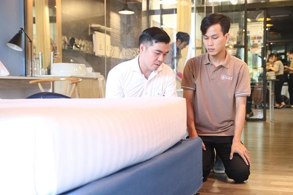 hình ảnh giảng viên hướng dẫn căng grap giường