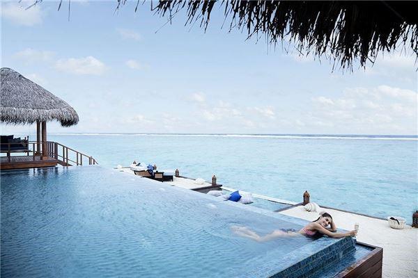 Hồ bơi luôn là điểm nhấn của bất kì khách sạn, resort cao cấp nào