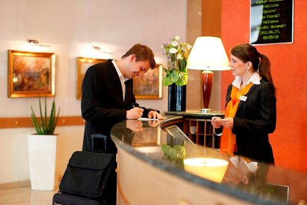 Nhân viên lễ tân đóng vai trò kết nối khách hàng với các bộ phận khác trong khách sạn