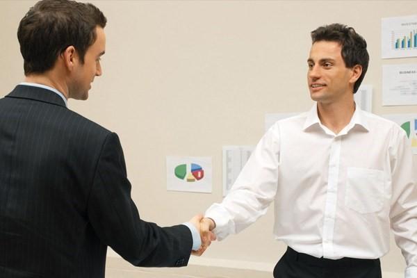 Quần tay đen và áo sơ mi trắng là trang phục tối ưu nhất dành cho các ứng viên nam