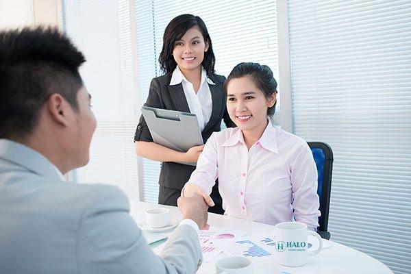 Ứng viên nữ có thể lựa chọn những chiếc áo sơ mi màu nhã nhặn hoặc kết hợp áo vest