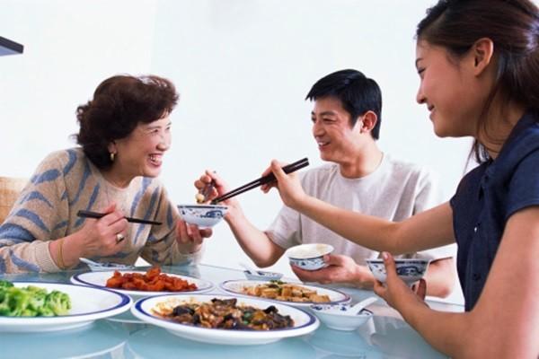 Người trẻ Việt đang có xu hướng dùng bữa ăn chính tại gia đình hơn là bên ngoài