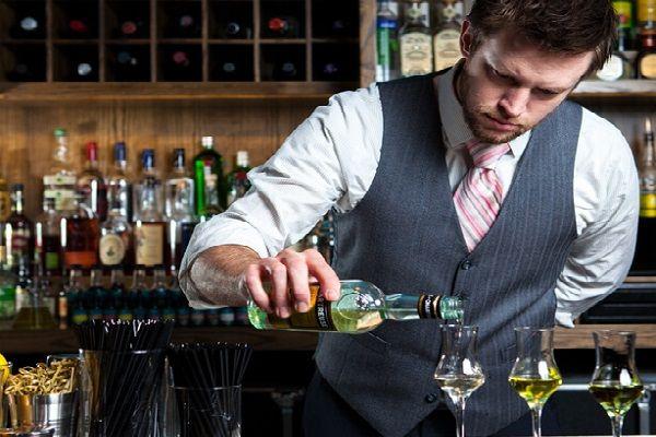 Bartender: nhân viên pha chế rượu thuộc bộ phận Ẩm thực, Bar