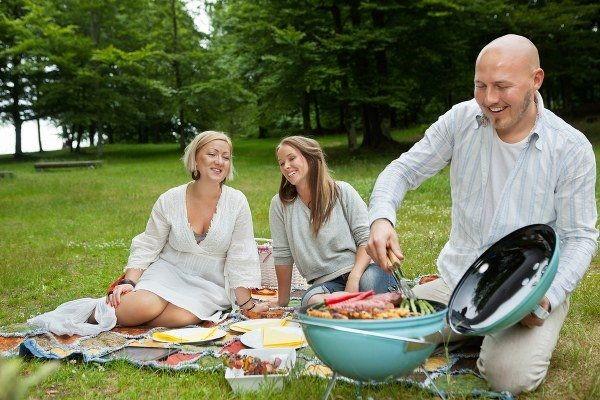 BBQ là dịp để mọi người trong gia đình có thể tụ họp lại vừa ăn uống vừa trò chuyện