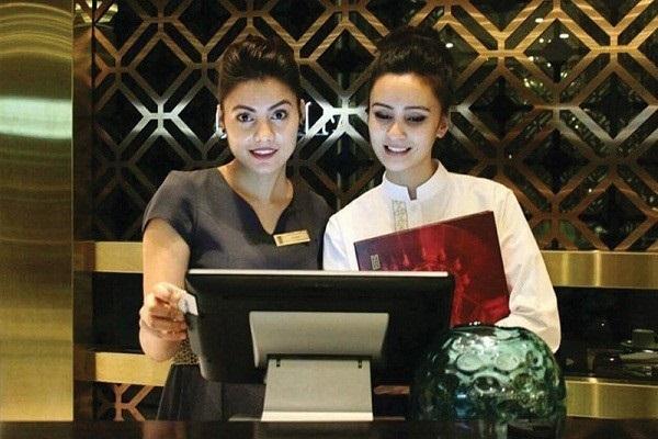 Ngoài việc chào đón thì hostess có nhiệm vụ tiếp nhận thông tin đặt bàn của khách