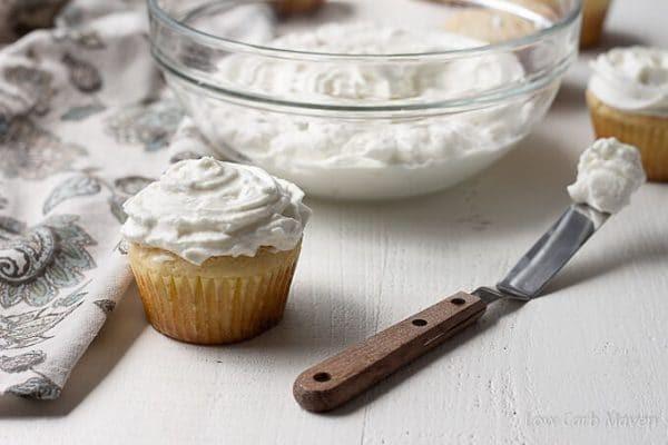 Cream cheese được dùng để làm lớp kem trang trí bánh