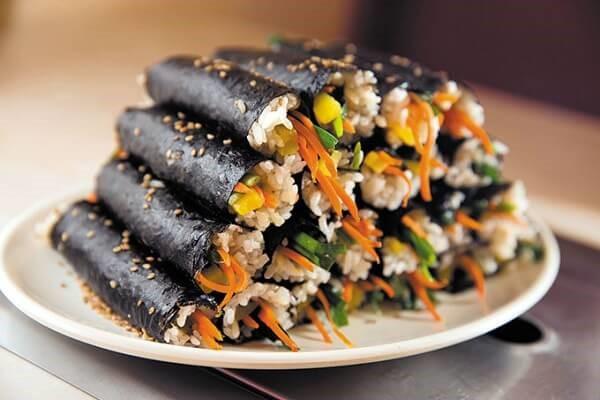 Kimbap là món ăn nổi tiếng xứ Hàn bên cạnh kim chi