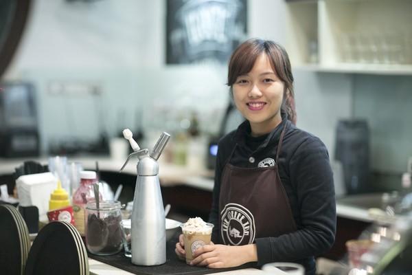 Làm phục vụ quán cafe là công việc làm thêm của nhiều bạn sinh viên