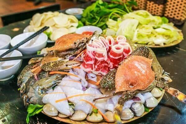 Lẩu hải sản Nam Bộ có thêm các nguyên liệu như: thịt bò, riềng, tôm khô…