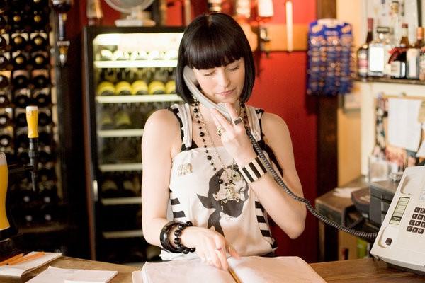 Lễ tân nhà hàng tiếp nhận thông tin đặt bàn từ khách qua email, điện thoại