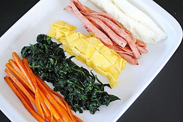 Nguyên liệu bên trong kimbap thường được nấu chín và nêm sẵn gia vị