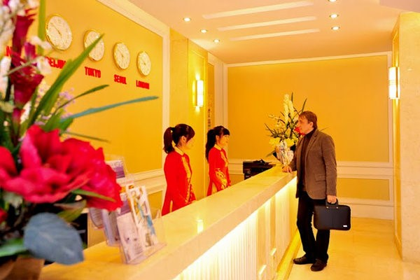 Nhân viên lễ tân cần tỉ mỉ, cẩn thận khi nhận thông tin đặt phòng của khách