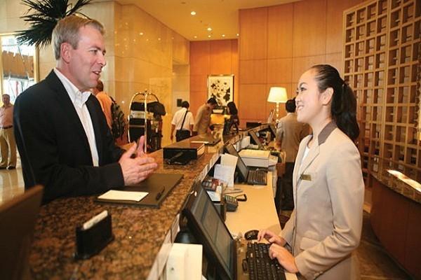 Nhân viên lễ tân luôn nở nụ cười khi giao tiếp với khách hàng