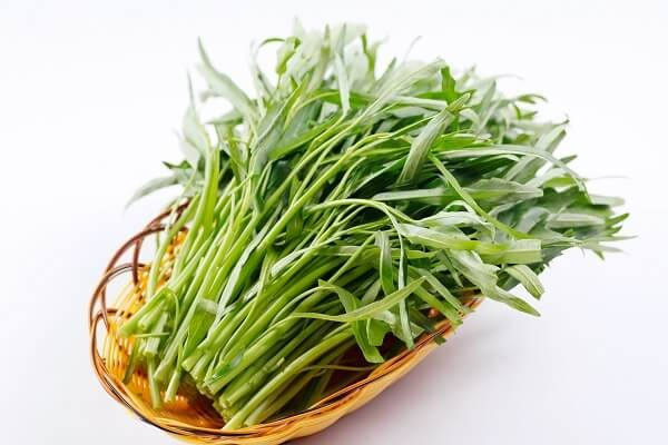 Rau muống cùng với rau ngổ và khoai môn là thích hợp nhất để ăn với món này