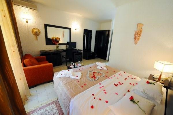 Với khách đang trong kỳ nghỉ Honeymoon bạn có thể chuẩn bị để tạo bất ngờ cho khách