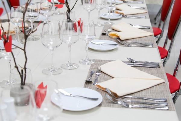 Khi set up bàn ăn Âu bạn cần sự tỉ mỉ, chi tiết
