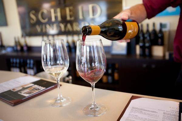 rót rượu mời khách dùng thử