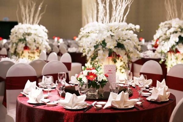 set up bàn tiệc cưới