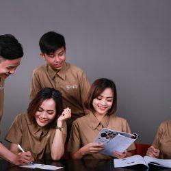 sinh viên lớp QTNHKS