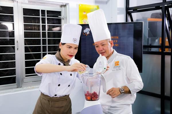 giảng viên dạy nấu ăn tại CET