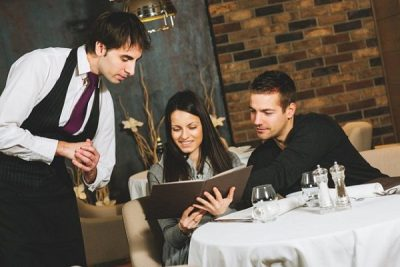 Kỹ năng mềm quan trọng cần có của một nhân viên nhà hàng – khách sạn