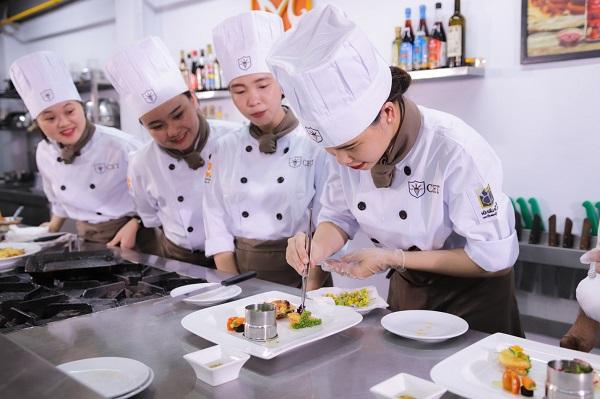nữ học nấu ăn tại cet