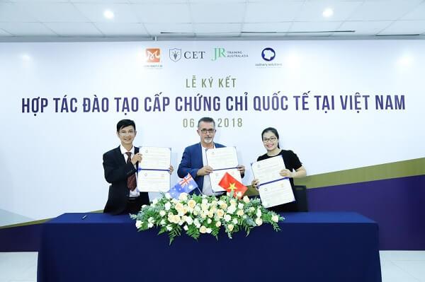 HNAAu cùng CET tham gia lễ ký kết