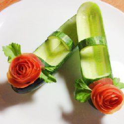 Trang trí món ăn bằng cà chua và dưa leo