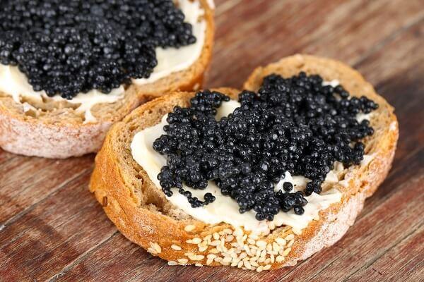 bánh mì đen trứng cá caviar