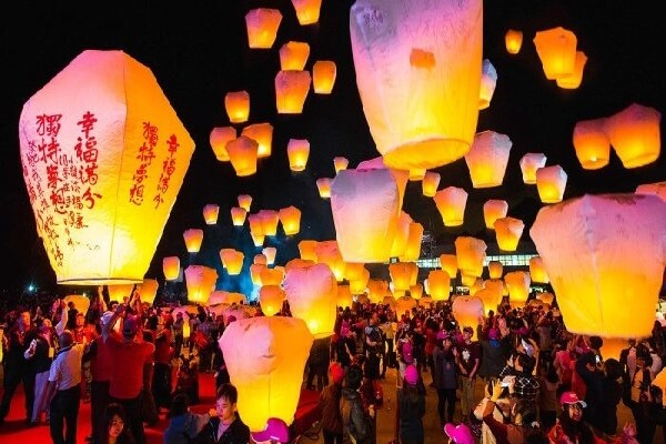Thả đèn trời để gửi gắm những ước nguyện