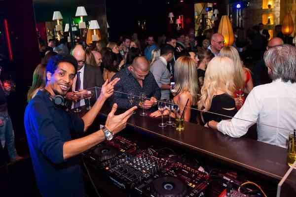 quán bar cần DJ