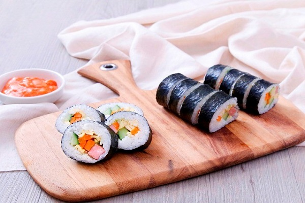 cuộn sushi chặt tay