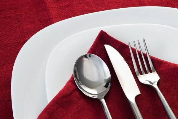một bộ tableware trên bàn tiệc âu