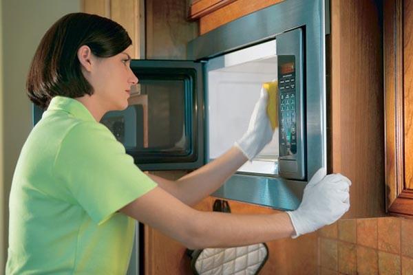 dùng giấm để làm sạch lò vi sống