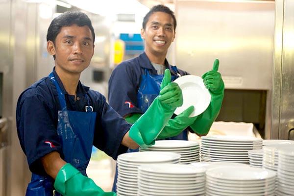 Thực hiện rửa bát, đĩa các loại