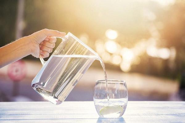 uống 2 lít nước mỗi ngày