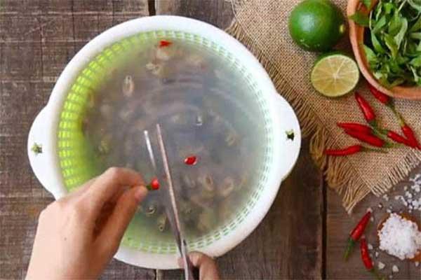 ngâm ốc trong nước vo gạo