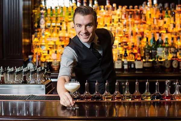 nhân viên pha chế rượu