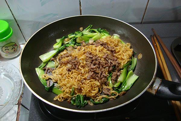 xào mì và thịt bò rau cải