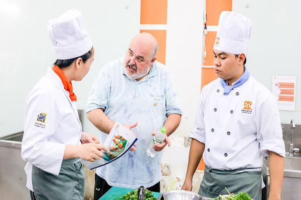 học nấu ăn tại cet với giảng viên là đầu bếp người nước ngoài