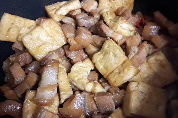 kho thịt đậu hũ nước dừa