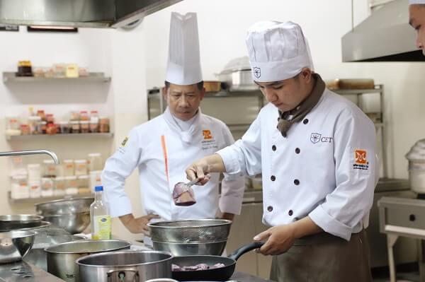 giảng viên dạy nấu ăn tại CET là đầu bếp chuyên nghiệp
