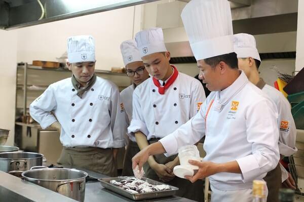 khóa học trung cấp nấu ăn cùng đầu bếp chuyên nghiệp tại CET