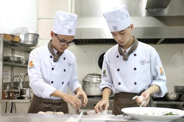 lớp học kỹ thuật nấu ăn cơ bản tại CET