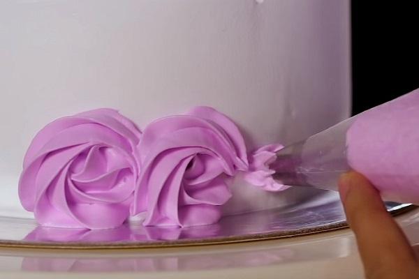hình ảnh đi viền bánh kem dạng hoa hồng xoắn