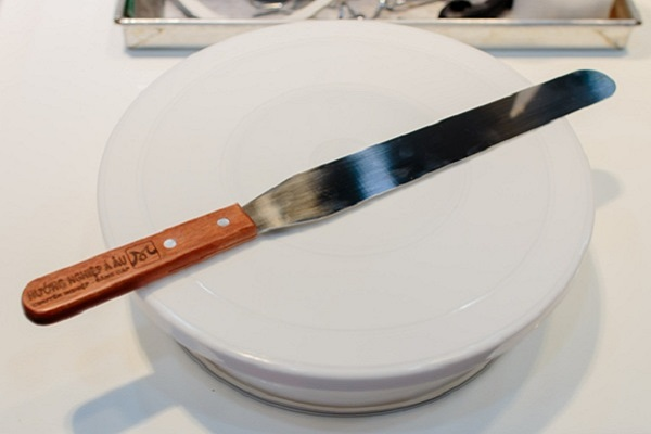 hình ảnh dao và bàn xoay chuyên làm bánh kem