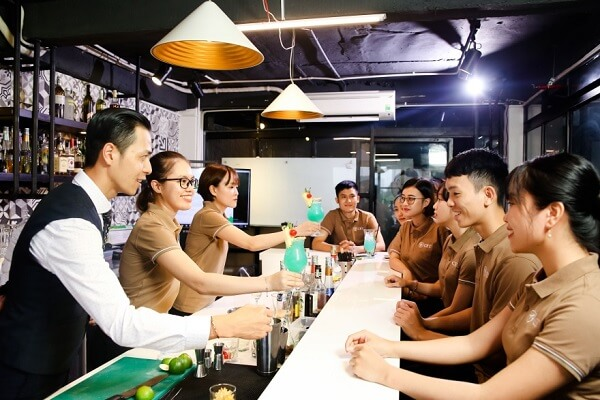hình ảnh lớp học kỹ năng phục vụ đồ uống chuyên nghiệp tại CET
