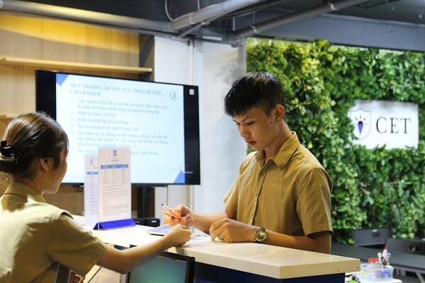 hình ảnh học quản trị tiền sảnh lê tân chuyên nghiệp tại CET