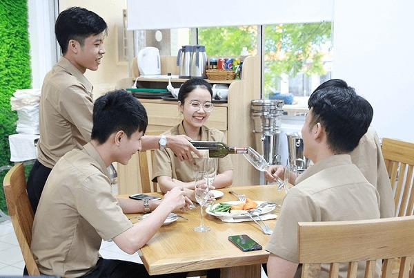 hình ảnh lớp học kỹ năng phục vụ bàn nhks