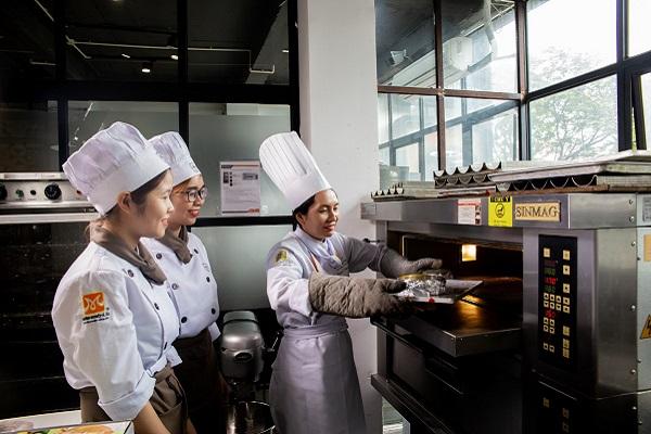 hình ảnh máy móc hiện đại hỗ trợ học làm bánh tại CET
